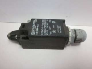 11Z SAFETY INTERLOCK LIMIT SWITCH 230V 4A ROLLER PLUNGER 26018